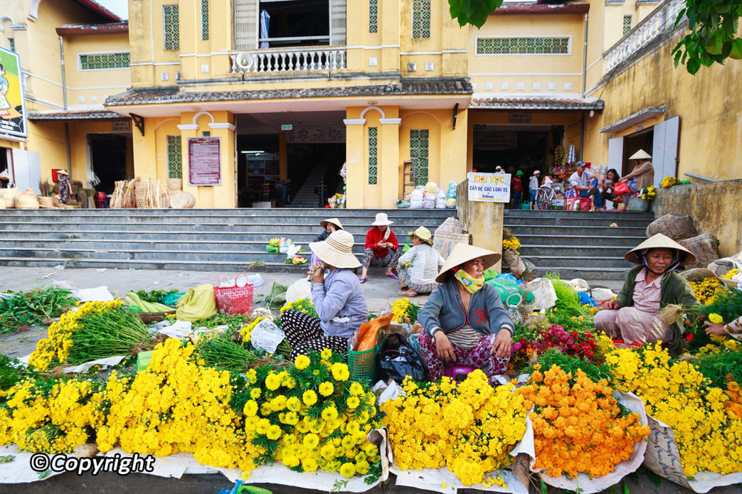 florists-in-hoi-an-market