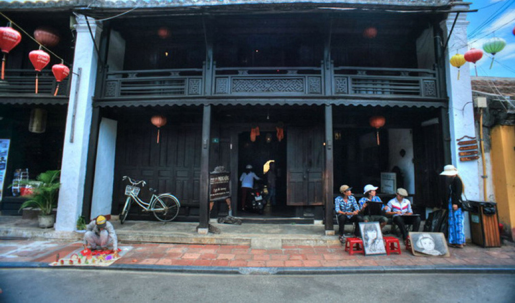 front-phung-hung-old-house